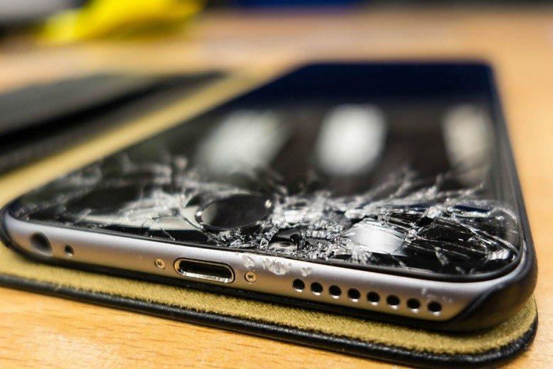 موبایل شکسته که بیمه موبایل لازم دارد
